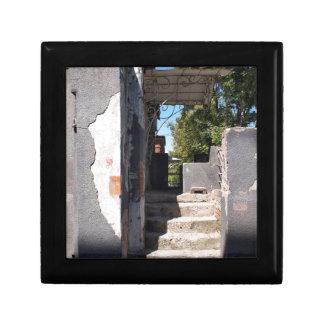 砕けるプラスターが付いている古い建物のポーチ スクエアギフトボックス小