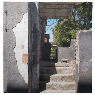 砕けるプラスターが付いている古い建物のポーチ 布製ナプキン