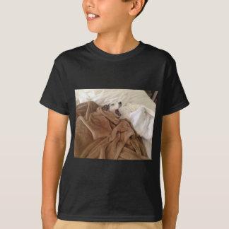 あくびをする小犬 Tシャツ