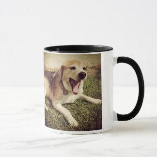 あくびをする犬のマグ マグカップ