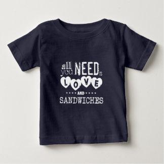 あなたが必要とするのはだけです愛… そしてサンドイッチ ベビーTシャツ