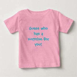あなたのための驚きがある推測(ピンクの女の子) ベビーTシャツ