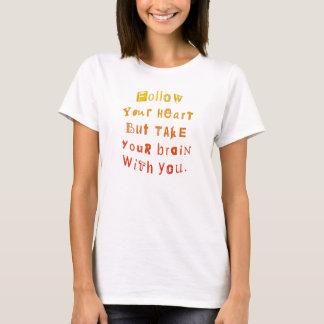 あなたのハートを後を追って下さいしかしあなたが付いているあなたの頭脳を取って下さい Tシャツ
