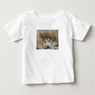 あなたのベビーに自身の睡眠の子犬を与えて下さい ベビーTシャツ