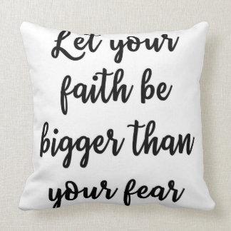あなたの信頼があなたの恐れの枕より大きいがあるようにして下さい クッション