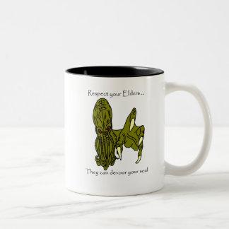 あなたの年長者のCthulhu 2の調子のマグを尊重して下さい ツートーンマグカップ