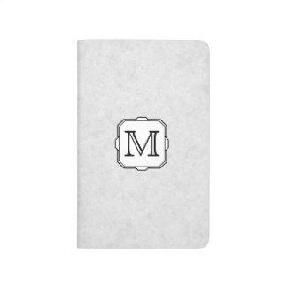 あなたの手紙。 カスタムなモノグラム。 灰色、黒及び白 ポケットジャーナル