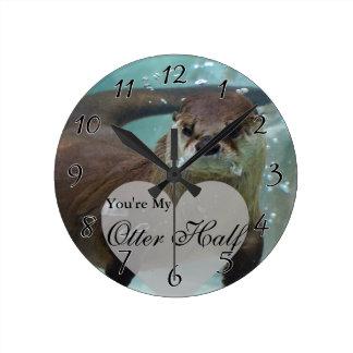 あなたの私のカワウソの半分のブラウンの川カワウソの水泳 ラウンド壁時計