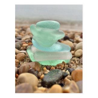あなたの美しいティール(緑がかった色)のSeaglassのビーチの考えることは梳きます ポストカード