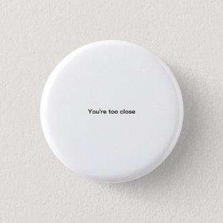 あなたは余りに近く小さいフォントのおもしろいなpinbackボタン 缶バッジ