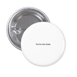 あなたは余りに近く小さいフォントのおもしろいなpinbackボタン 3.2cm 丸型バッジ