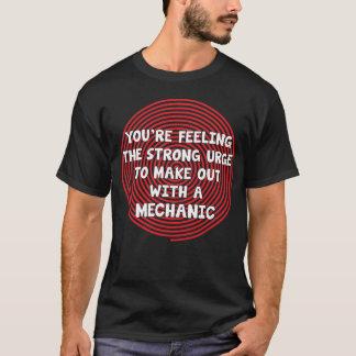 あなたは整備士と作る衝動を感じます Tシャツ