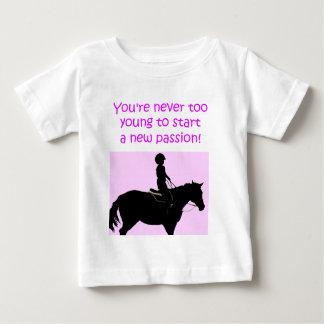 あなたは決して余りに若くかわいい馬 ベビーTシャツ
