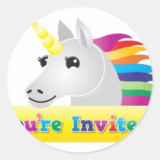 あなたは青の招待の虹のユニコーンのパーティーの招待 ラウンドシール