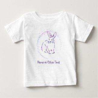 あなた自身の文字とのバニーウサギの青か紫色のスケッチ ベビーTシャツ