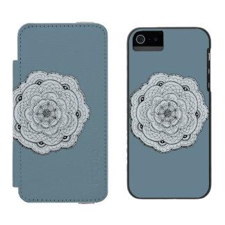 あなた自身の色のレースのかぎ針編みの花を選んで下さい INCIPIO WATSON™ iPhone 5 ウォレット ケース
