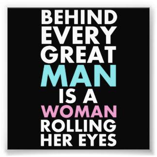 あらゆるすばらしい人の後ろで彼女の目を転がっている女性はあります フォトプリント