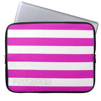 あらゆる色のピンクを縞で飾ります ラップトップスリーブ