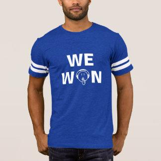 あります私達が暗い色のTシャツ-人--に勝った静寂が人を配置して下さい Tシャツ