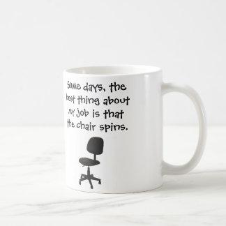 ある日、私の仕事の椅子についての最も最高のな事は回ります コーヒーマグカップ