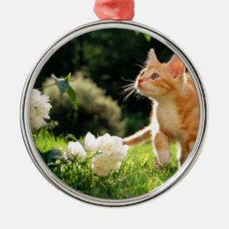 ある花による子ネコの探検の外側 メタルオーナメント