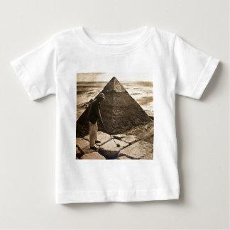 ある調子を与えられるピラミッドのセピア色のゴルフ ベビーTシャツ