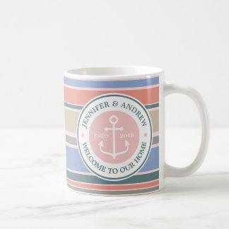いかりのモノグラムのトレンディーのストライプのピンクの航海のなビーチ コーヒーマグカップ