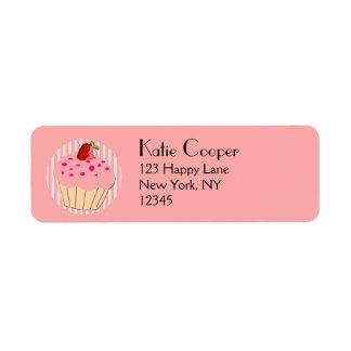 いちごが付いているピンクのカップケーキは振りかけ、 ラベル