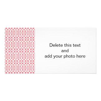 いちごのピンクおよび白くモダンな格子垣パターン カード
