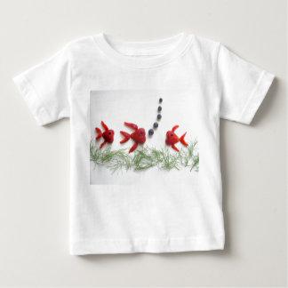 いちごの魚のTシャツ ベビーTシャツ