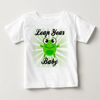 うるう年のベビー、かわいい緑カエルのベビーのTシャツ ベビーTシャツ