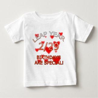 うるう年の誕生日は特別です! ベビーTシャツ