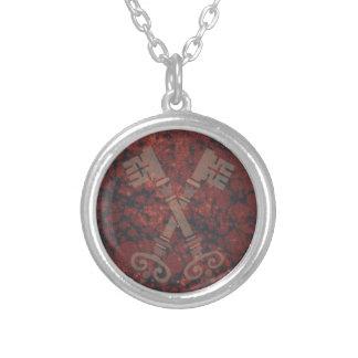 えんじ色の大理石に対する中世第21鍵 シルバープレートネックレス