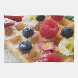 おいしいワッフルのラズベリーのブルーベリーの砂糖の花 キッチンタオル