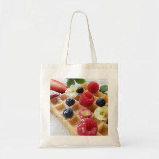 おいしいワッフルのラズベリーのブルーベリーの砂糖の花 トートバッグ