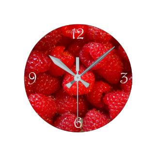 おいしくかわいく暗いピンクのラズベリーの写真 ラウンド壁時計