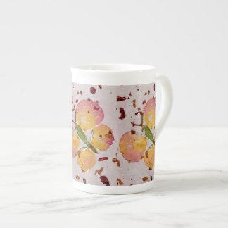 おとぎ話のピンク及び黄色い蝶骨灰磁器のコップ ボーンチャイナカップ