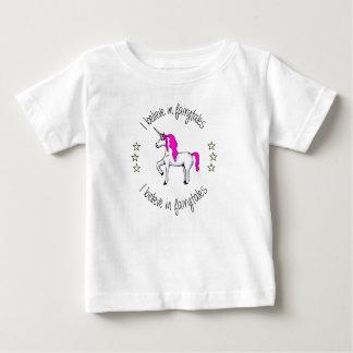 おとぎ話のユニコーンの漫画のベビーのワイシャツで信じて下さい ベビーTシャツ