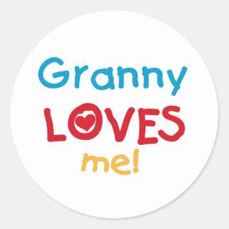 おばあさんは私をTシャツおよびギフト愛します ラウンドシール