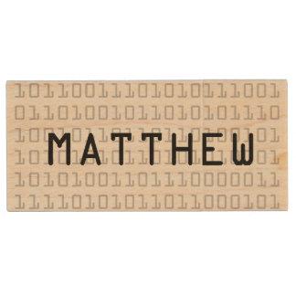 おもしろいおよび名前入りなカッコいいの2進符号 木製 USB メモリ