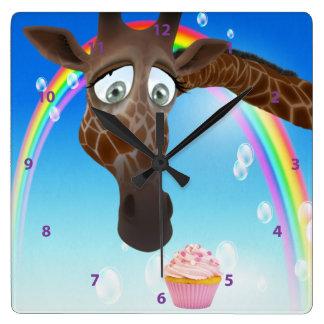 おもしろいでお洒落なキリン、カップケーキ及び虹 スクエア壁時計