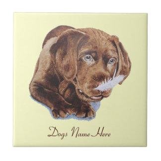 おもしろいでかわいい茶色のラブラドルの子犬のポートレートの写真 タイル
