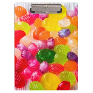 おもしろいでカラフルで甘いキャンデーの食糧棒つきキャンデーの写真 クリップボード
