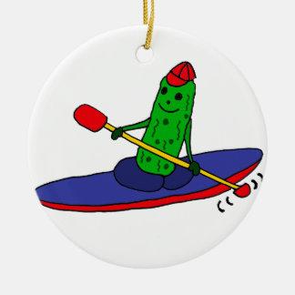 おもしろいでファンキーなカヤックを漕ぐピクルス セラミックオーナメント