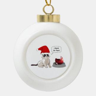 おもしろいで気難しい子ネコのクリスマスの雪片のオーナメント セラミックボールオーナメント