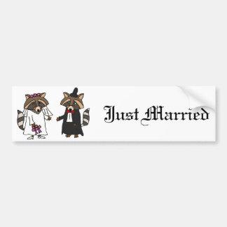 おもしろいなアライグマの新郎新婦の結婚式の芸術 バンパーステッカー