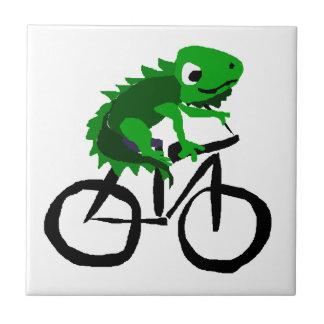 おもしろいなイグアナの乗馬の自転車 タイル