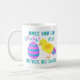 おもしろいなイースターひよこの卵のひびのユーモアの漫画 コーヒーマグカップ