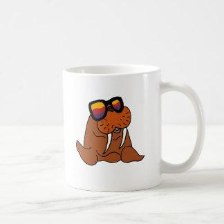 おもしろいなセイウチの身に着けているサングラス コーヒーマグカップ