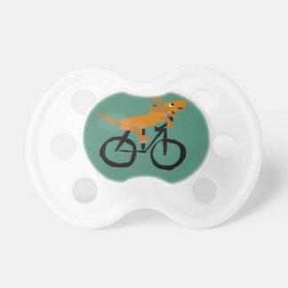 おもしろいなダックスフントの乗馬の自転車 おしゃぶり